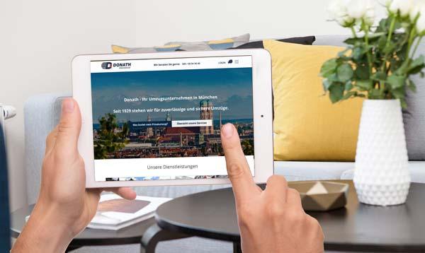 Für einen Online-Umzug werden auf einem IPad die Adressdetails angeben.