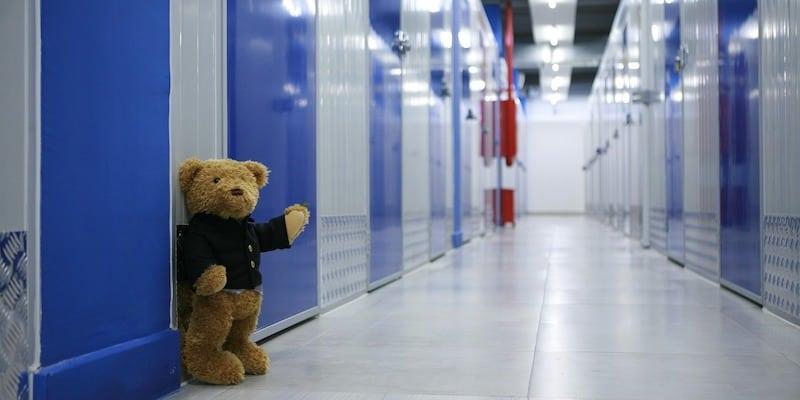 Teddy winkt aus einer Lagerhalle für Möbellagerungen.